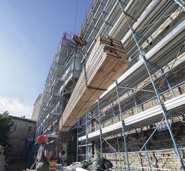 Ponteggi presso edificio storico di Urbino